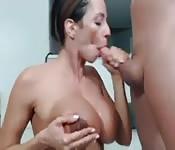 Una casalinga tettona succhia un cazzo