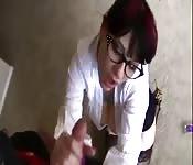 Garota de escritório faz um maravilhoso boquete em POV