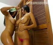Show intense avec deux femmes bonnes