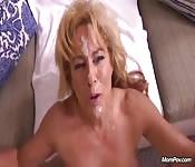 Femme d'âge mûr avec de la crème rajeunissante