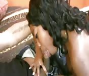 Une suceuse black adore tailler une pipe