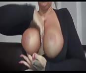 Una bionda col seno grosso vuole del cazzo nella fica