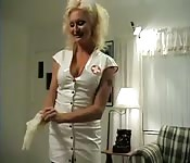 L'infirmière mature a un remède