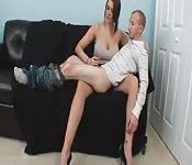 Von einer großen Frau masturbiert