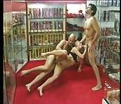 Sexo a três improvisado no sexo shop