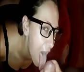 Garota nerd recebe o pau