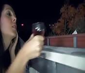 Brünette Amateur-Schlampe lutscht und fickt auf dem Balkon