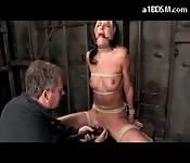 Bondage meid wordt genomen