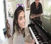 Sie lutscht besser Schwänze als sie Klavier spielt