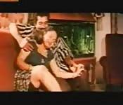 Una donna viene massaggia e scopata