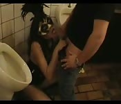 Une prostitué dans les toilettes de la gare