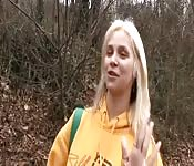 Tentant une étudiante blonde