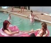 Veronica Rodriguez e Liz de festa na piscina