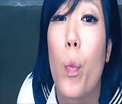 Hinreißendes japanisches Schulmädchen beim Schwanzlutschen