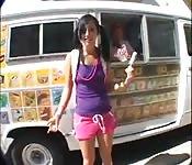 Cremoso sorvete para a patinadora