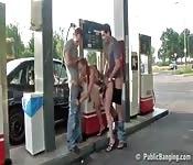 trio public dans la station d'essence
