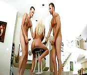 Blonde dans un plan à trois anal