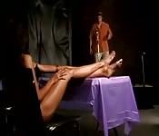 Lily Thai fazendo uma punheta de pés