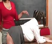 Estudante peituda em sexo lésbico com a professora