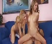 Une blonde bisexuelle et une amie s'occupent d'une bite