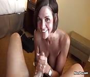 Une faciale pour une femme d'âge mûr