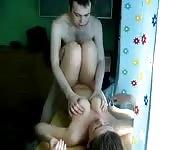 Couple amateur baise sur une table