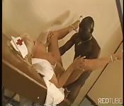 Infirmière en uniforme baise un homme noir