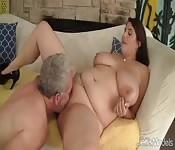 Una bellissima donna formosa scopa con un anziano