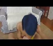 La fille mignonne aux cheveux bleus