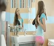 Belle fille aux cheveux bouclés baise dans la salle de bain