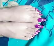 Une femme indienne avec des pieds torp mignons