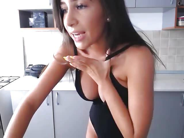 Молодая брюнетка мастурбирует узкую киску  272333