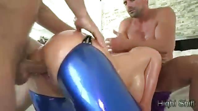 Baise hardcore pour une pornstar avec deux mecs - TuKif