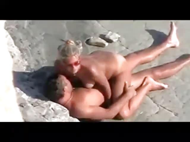 filme molliges parchen beim sex am strand erwischt