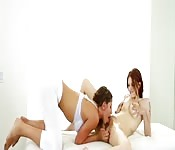 Ruiva cremosa recebe uma massagem sensual lésbica