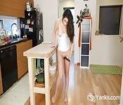 Die vollbusige Catalina fickt sich mit einem Toy in die Fotze