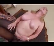 Rubia gorda follando con un pedazo de negro