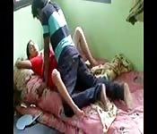 Putinha indiana se deita e abre suas pernas