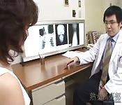 Aziatische slet met kleine tieten neukt haar dokter