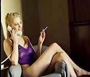 Una giovane sexy al telefono