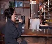 Asa Akira boit du vin et mange des tapas