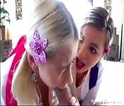 Twee meiden die van pik zuigen houden