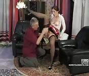 Una ragazza sexy e un uomo maturo
