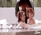 Zwei rothaarige im Badewanne