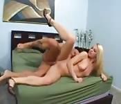 Loira sexy adora soltar squirts