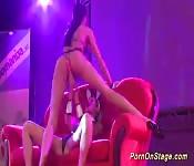 Porno lésbico en escenario público