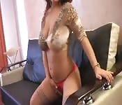 brunette pronkt met haar geweldige lichaam en boobs