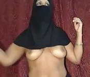 Mulher árabe muçulmano tira sua roupa e brinca
