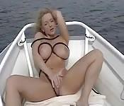 Promenade en bateau avec une belle mère de famille