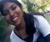 Chica india preciosa se desnuda al aire libre